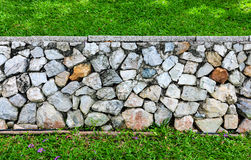 Предпосылка текстуры каменной стены и травы Стоковая Фотография RF