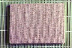 Предпосылка текстуры коричневой книги дневника крышки мешка на бамбуке plat Стоковая Фотография