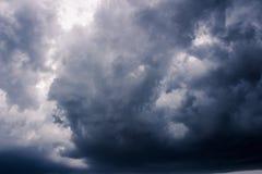 Предпосылка темных дождевых облако шторма низкая ключевая Стоковая Фотография RF