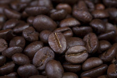 Предпосылка темных польностью зажаренных в духовке кофейных зерен Стоковое Изображение RF
