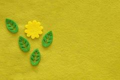 Предпосылка ткани желтого зеленого цвета от войлока с цветком и листьями Стоковые Изображения RF