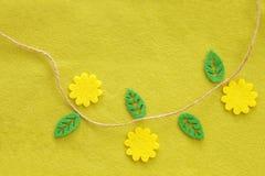 Предпосылка ткани желтого зеленого цвета от войлока с цветком и листьями Стоковая Фотография RF