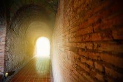 Предпосылка тоннеля и концепция дела тоннель с старым кирпичом конец тоннеля и дела концепции успешно тоннель тайны Стоковые Изображения