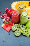 Предпосылка тропических плодоовощей цвета Smoothie черная Стоковые Фотографии RF