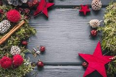 Предпосылка украшения рождества или Нового Года: мох, ягоды, звезда Стоковое фото RF