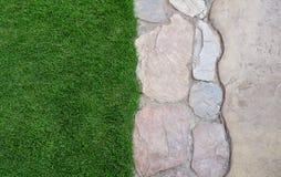 Предпосылка утеса на траве Стоковая Фотография RF