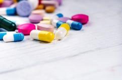 Предпосылка фармации на белой таблице Таблетки на белой предпосылке Пилюльки Медицина и здоровая капсулы закрывают вверх Differen Стоковое фото RF
