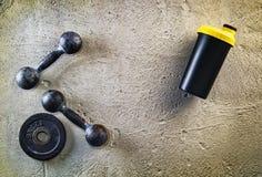 Предпосылка фитнеса или культуризма Старые железные гантели на поле conrete в спортзале Фотоснимок принятый сверху, верхняя часть Стоковые Фотографии RF