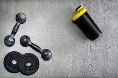 Предпосылка фитнеса или культуризма Старые железные гантели на поле conrete в спортзале Фотоснимок принятый сверху, верхняя часть Стоковая Фотография