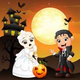 Предпосылка хеллоуина при женская невеста черепа держа тыкву и мальчика Дракула Стоковое Изображение RF