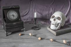 Предпосылка хеллоуина, череп, свечи, книга Стоковая Фотография RF