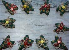 предпосылка цветастая зеленое сердце материала, кнопок, веревочки Стоковые Фото