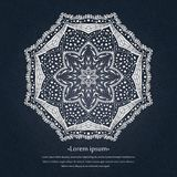 Предпосылка циркуляра цветка мандала Стилизованный орнамент шнурка Индийский флористический орнамент Красивая кружевная белая ска Стоковое фото RF
