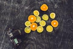 Предпосылка цитрусовых фруктов с отрезанными лимонами апельсинов белит tangerines известью как символ здоровой поддержки еды и им Стоковые Изображения