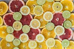 Предпосылка цитрусовых фруктов с отрезанными лимонами известкой и грейпфрутом апельсинов Стоковая Фотография