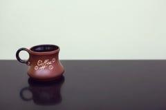 Предпосылка чашки кофе черная Кружка с кофе на черной таблице Стоковое Изображение RF