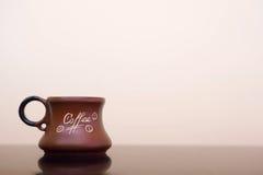 Предпосылка чашки кофе черная Кружка с кофе на черной таблице Стоковые Изображения