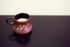 Предпосылка чашки кофе черная Кружка с кофе на черной таблице Стоковая Фотография