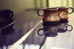 Предпосылка чашки кофе черная Кружка с кофе на черной таблице Стоковое фото RF