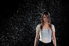 Предпосылка черноты дождя женщины Стоковые Изображения RF