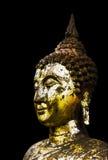 Предпосылка черноты статуи Будды золота. стоковые изображения rf