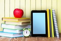 Предпосылка экрана компьтер-книжки ipad школьных принадлежностей Стоковые Изображения