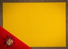 Предпосылка для цвета украшения соломы праздника поздравительной открытки рождества, красных и желтых текстурировала бумагу Стоковое Изображение RF