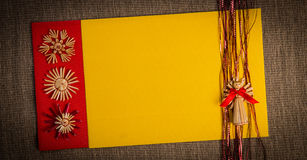 Предпосылка для цвета украшения соломы праздника поздравительной открытки рождества, красных и желтых текстурировала бумагу Стоковое фото RF