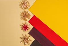 Предпосылка для цвета украшения соломы праздника поздравительной открытки рождества, красных и желтых текстурировала бумагу Стоковые Изображения