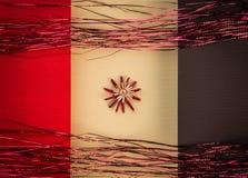 Предпосылка для цвета украшения соломы праздника поздравительной открытки рождества, красных и желтых текстурировала бумагу Стоковое Изображение