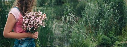 Предпосылка Bautiful с женщиной, розовыми цветками и космосом экземпляра Стоковые Фотографии RF