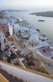 предпосылка blured вулкан взгляда корабля santorini острова круиза бугинвилии греческий Стоковые Изображения RF