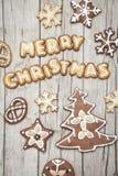 Предпосылка Christmassy серая деревянная с пряником и веселым письмом ` s Christma Стоковые Изображения RF