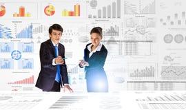 предпосылка diagrams финансовохозяйственная белизна отчете о пер oer стоковая фотография rf
