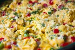 предпосылка eggs белизна вскарабканная омлетом стоковые фотографии rf