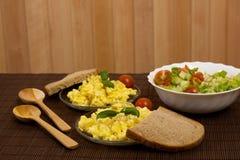 предпосылка eggs белизна вскарабканная омлетом Стоковые Изображения RF