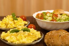 предпосылка eggs белизна вскарабканная омлетом Стоковое Фото