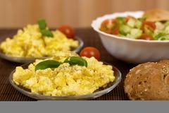 предпосылка eggs белизна вскарабканная омлетом Стоковая Фотография