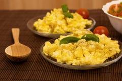 предпосылка eggs белизна вскарабканная омлетом Стоковое Изображение