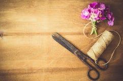 предпосылка floristic Цветки, ножницы и веревочка стоковое изображение rf