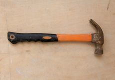 Предпосылка Grunge деревянная с старым молотком Стоковая Фотография
