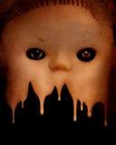 Предпосылка Grunge с винтажной злой пугающей стороной куклы стоковое фото