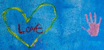 Предпосылка Grunge с влюбленностью написанной граффити Стоковая Фотография