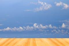 Предпосылки голубого неба и деревянный пол Стоковое фото RF