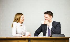 Предприниматели взаимодействуя во время перерыва на чашку кофе на офисе Стоковое Изображение RF