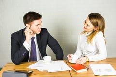 Предприниматели взаимодействуя во время перерыва на чашку кофе на офисе Стоковая Фотография