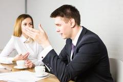 Предприниматели взаимодействуя во время перерыва на чашку кофе на офисе Стоковая Фотография RF