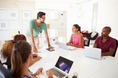 Предприниматели встречая в офисе начинают вверх дело стоковые фотографии rf