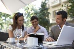 Предприниматели встречая на напольном кафе Стоковое Фото