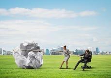 Предприниматели вытягивая с шариком усилия большим скомканным бумаги как творческие способности подписывают Стоковые Изображения RF